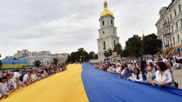People hold a gigantic Ukrainian flag during celebration of Ukrainian Independence Day in Kiev.
