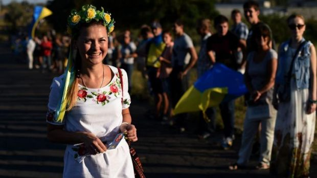 Flower power: Ukrainian loyalists demonstrate by the last checkpoint controlled by Ukraine's army on the eastern side of ...