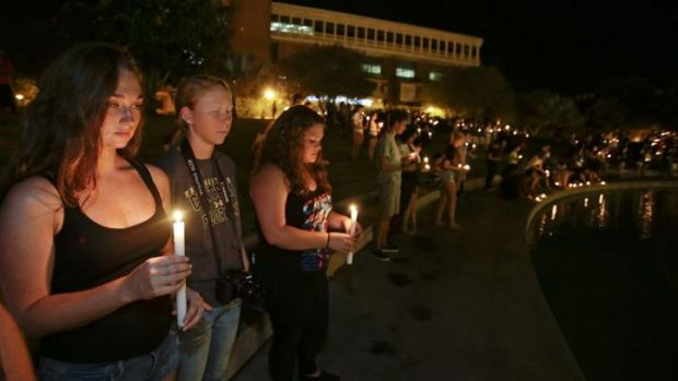 Students and supporters take part in a candlelight vigil at the University of Central Florida to honour Steven Sotloff.