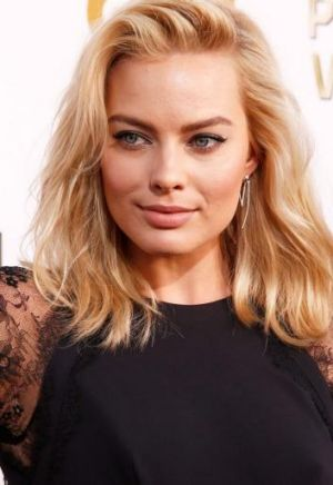 "Margot Robbie is to receive a ""breakthrough"" award."
