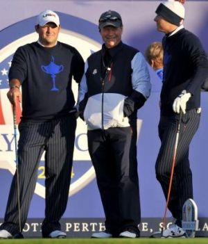 US Team Captain Tom Watson (centre) speaks with Jordan Spieth (right) and Patrick Reed.