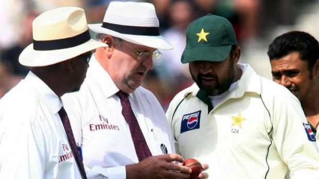 Darrell Hair (centre) examines the ball during a Test match in 2006.