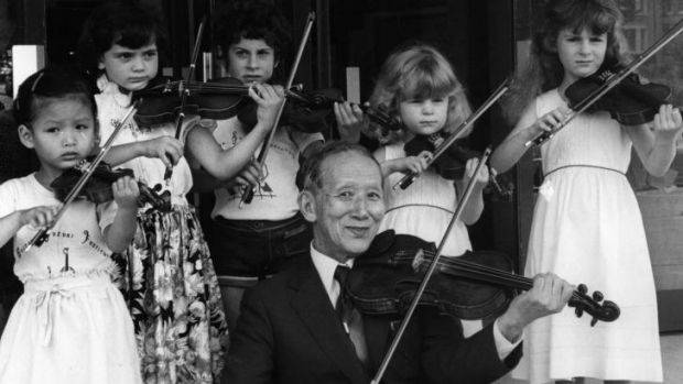 1980: Dr Shinichi Suzuki and some young violinists demonstrate the Suzuki technique.