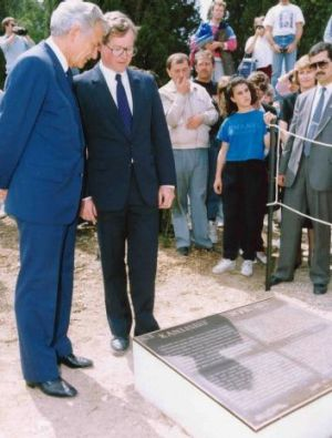 Bob Hawke inspects a bronze plaque at Lone Pine in 1990.