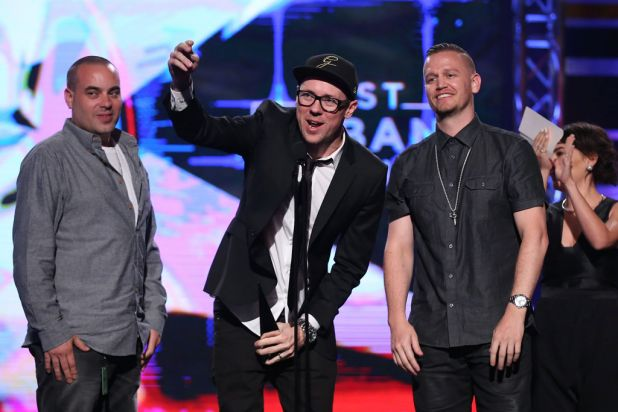 Hilltop Hoods accept the ARIA for best urban release.