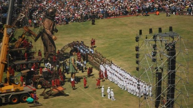 The Giants stood as representatives of the armed forces led a tribute to the Anzacs.