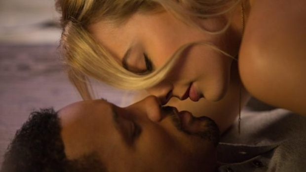 Margot Robbie and Will Smith get close in <i>Focus</i>.