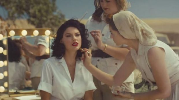 The clip depicts Swift as a 40s starlet.