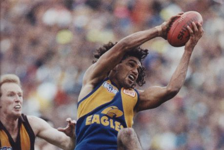 Chris Lewis takes a mark in the 1991 Grand Final.
