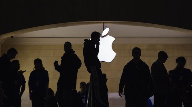 Apple has smashed the record for Australia's largest-ever corporate bond issue.