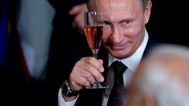 Russian President Vladimir Putin toasts at a luncheon hosted by United Nations Secretary-General Ban Ki-moon.