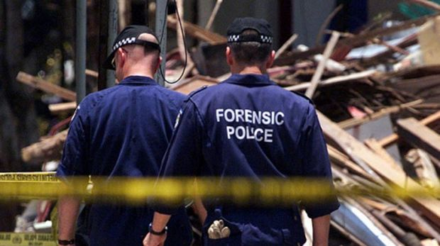 The Australian forensic officers from look for evidence Bali bombing site in 2002.