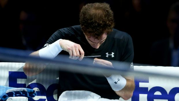Andy Murray gives himself a mid-match haircut.