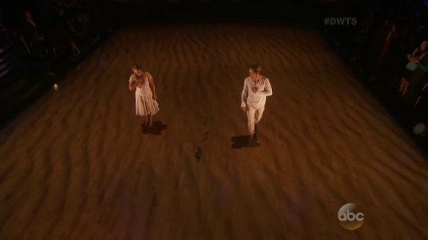 Footprints appear in the sand during Bindi's performance to signify Steve Irwin's presence.