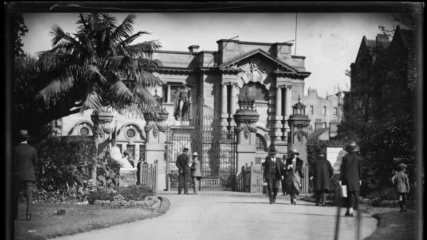 People around the gate from the botanic gardens to Mitchell Library in the 1930s.