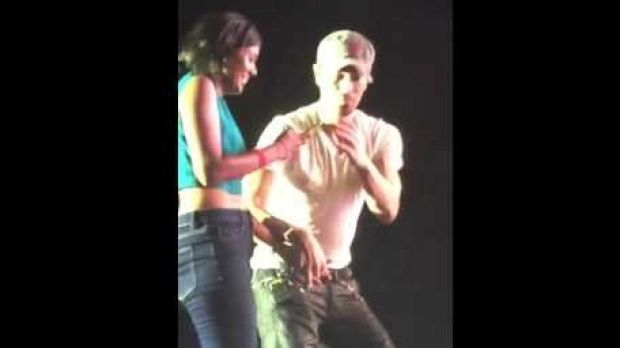 One fan spent some time hugging and dancing with Enrique on stage.