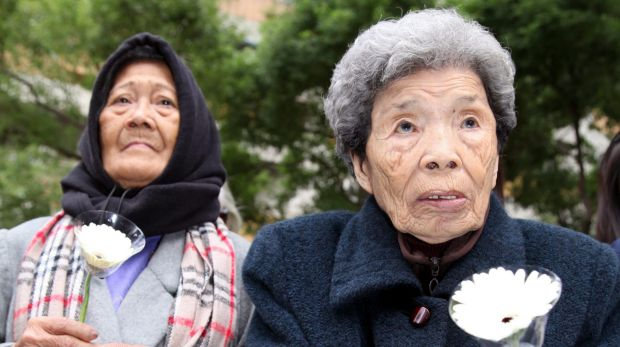 Former Philipine comfort woman, Estelita B. Dy (L), and former Taiwan comfort woman, Cheng Chen-tao, commemorating ...