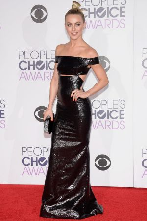 Julianne Hough attends the People's Choice Awards 2016.