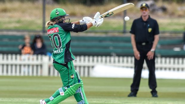 Mignon Du Preez of the Melbourne Stars hooks a delivery to the boundary on her way to an unbeaten 65.