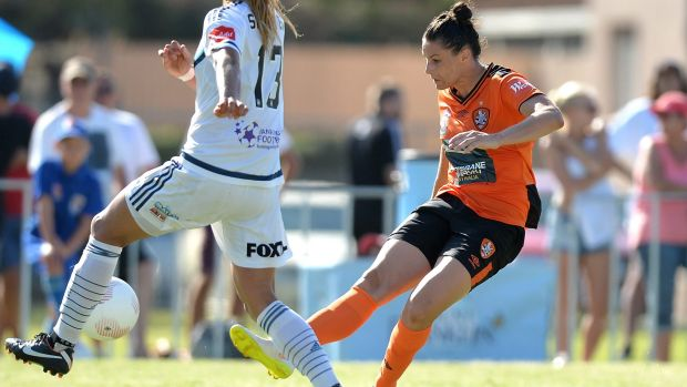Emily Gielnik drives the ball forward for the Roar in the W-League match against Melbourne Victory.