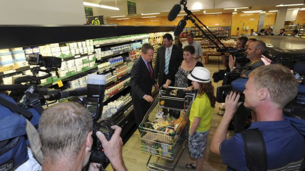 Shorten chats with the Grant family of Royalla, NSW during his Woolworths visit.
