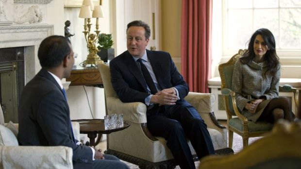 British Prime Minister David Cameron, centre, meets with former Maldivian President Mohamed Nasheed, left, and British ...