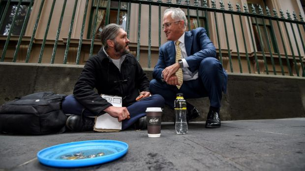 Prime Minister Malcolm Turnbull chats to homeless man Kent Kerswell about the new app Ask Izzy.