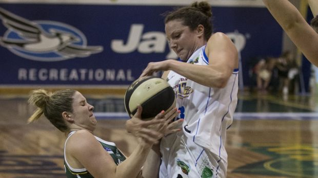 Arm wrestle: Dandenong's Steph Cumming and Bendigo's Kelsey Griffin tussle for control of the ball.