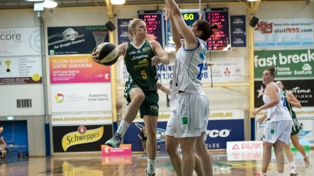 Dandenong guard Aimie Clydesdale looks to pass around Bendigo's Belinda Snell in the Rangers' win on Saturday night.