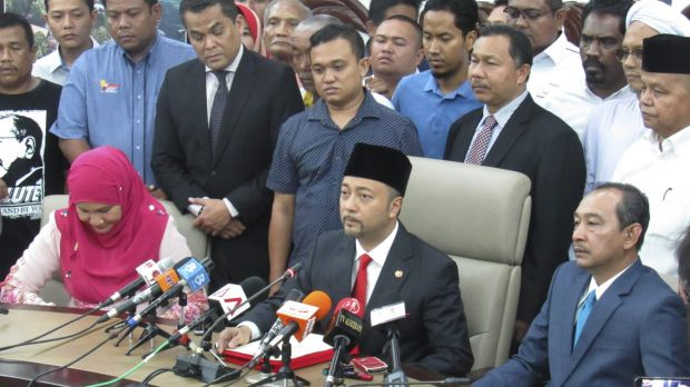 Mukhriz Mahathir, centre, the son of former Malaysian prime minister Mahathir Mohamad, at a press conference on Wednesday.