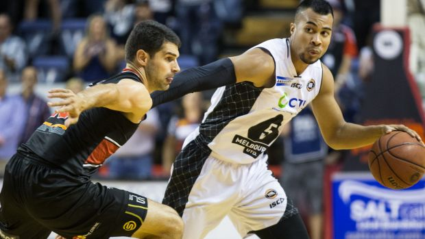 Melbourne United's Chris Goulding drives hard to the basket against Illawarra on Thursday night.