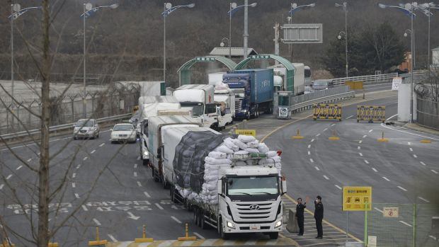Suspending joint operation: South Korean vehicles returning from North Korea's joint Kaesong Industrial Complex pass the ...