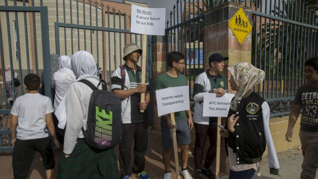 Parents and students at Malek Fahd Islamic School in Sydney's west meet to discuss the allegations of mismanagement