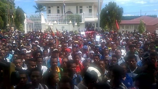 A rally outside the Australian embassy in Dili to protest Australia's stance in the maritime dispute with East Timor.
