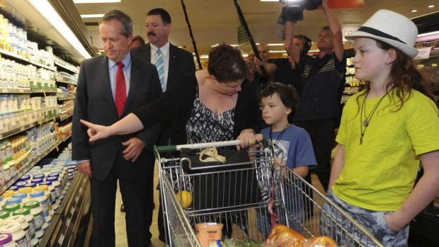 Bill Shorten and Mike Kelly discuss the GST with voters in Queanbeyan.