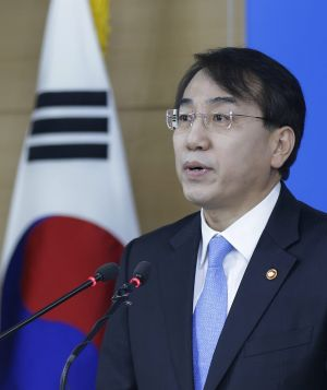 Lee Suk-joon announces unilateral sanctions on North Korea at the government complex in Seoul on Tuesday.