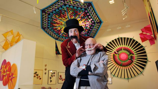 Master kite designer and internationally known artist Peter Travis with MC Maximus the Magnificent at the launch of ...