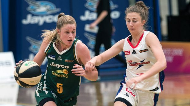 Ranger Aimee Clydesdale races down the court against Adelaide's Sarah Elsworthy.