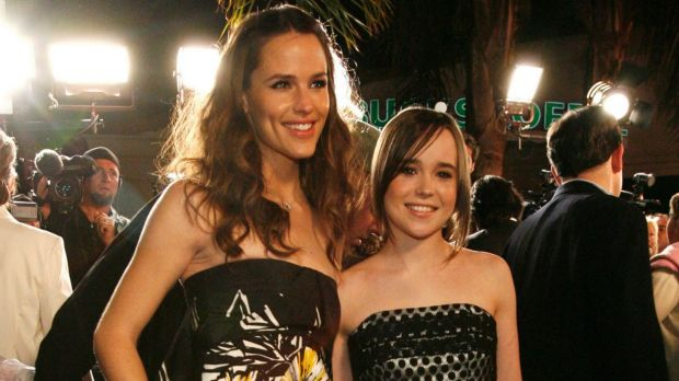 Cast member Jennifer Garner (L) poses with co-star Ellen Page at the premiere of Juno in 2007.