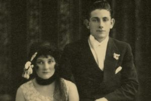 A portrait of a wedding party by Trissie Deazeley Studio in 1925.
