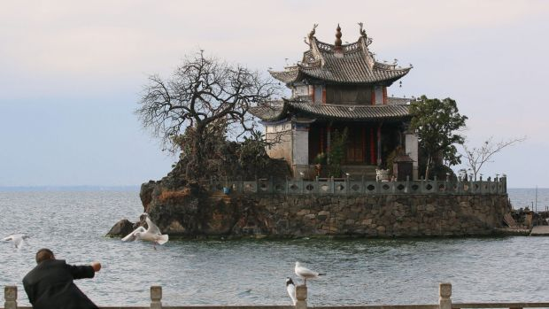Tourist attractions on the shores of Erhai Lake in Yunnan province have been shut down in order to control pollution.