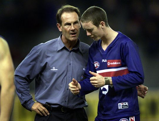 Round 22, 2001: Bulldogs coach Terry Wallace encourages Murphy.