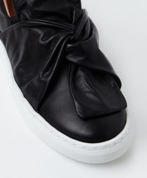 The Wittner Oporto sneaker in black.