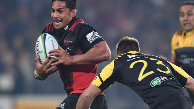 Pete Samu of the Crusaders charges forward.