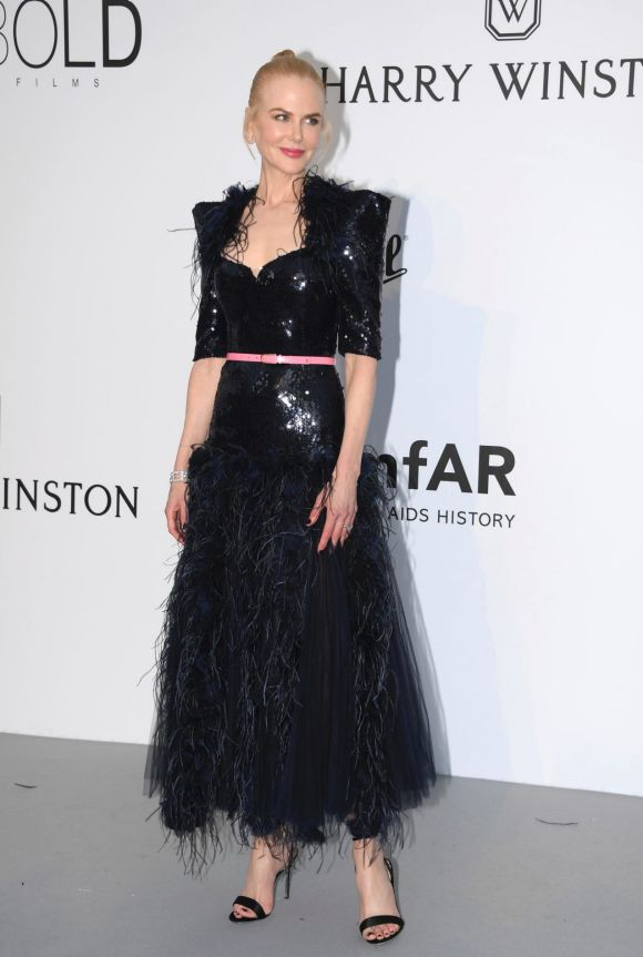 Actress Nicole Kidman went for an elegantly experimental Chanel black-feathered ensemble with a thin pink belt.