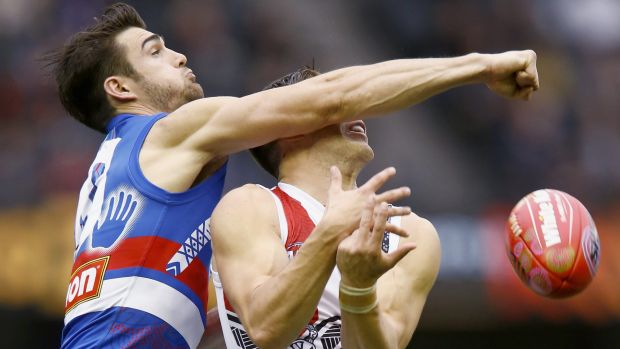 The Bulldogs' Easton Wood spoils St Kilda's Jade Gresham.