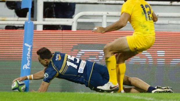 Thomas Banks of Brumbies scores a try.