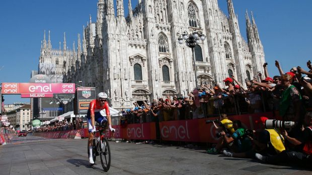 Tom Dumoulin arrives at Milan's cathedral at the end of the Giro's time trial finale.