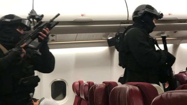 Passengers tie man threatening to blow Malaysia Airlines plane