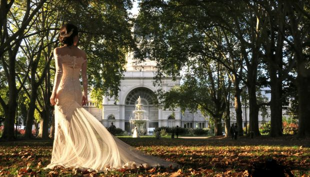 Bride-spotting in the Carlton gardens on a sunny autumn day.